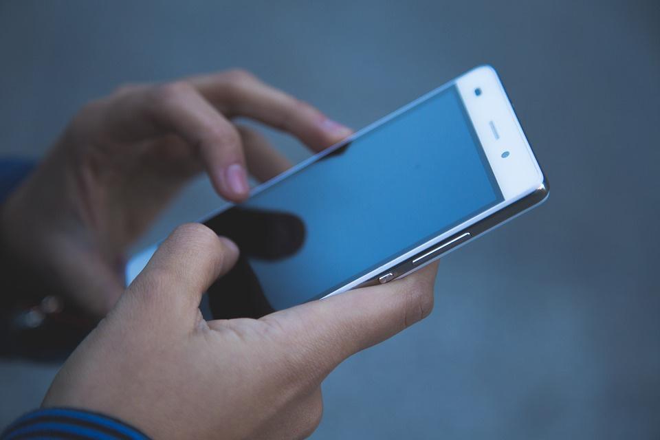 https://mamby.com/images/person-mobile%20phone-hand-screenshot-121414_maxres.jpg