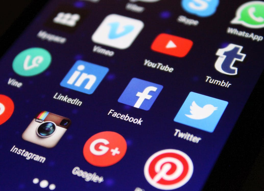 WHAT ARE SOCIAL MEDIA FEATURES AND HOW CAN THEY HELP YOU?