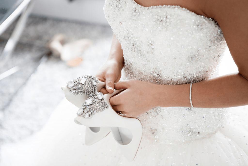 Met deze accessoires laat je de moeder van de bruid schitteren